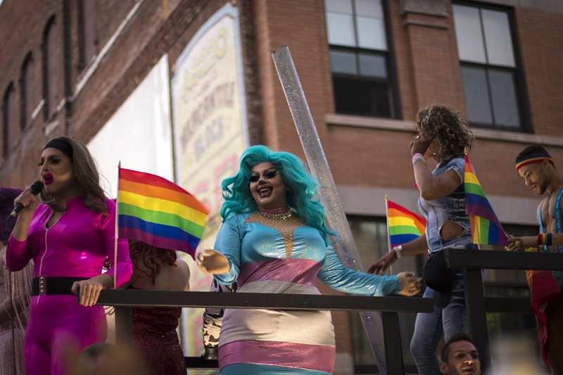 El sensitivity reader puede echar una mano en los textos con personajes LGBT, tanto si son de humor como si no.